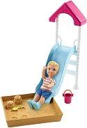 На детската площадка - кукла
