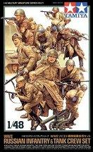 Руски войници и екипаж на танк -